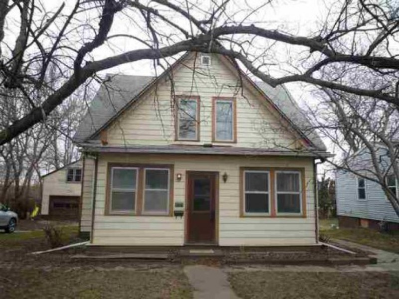 Wow homes five iowa city homes for sale at or under for Home builders in iowa