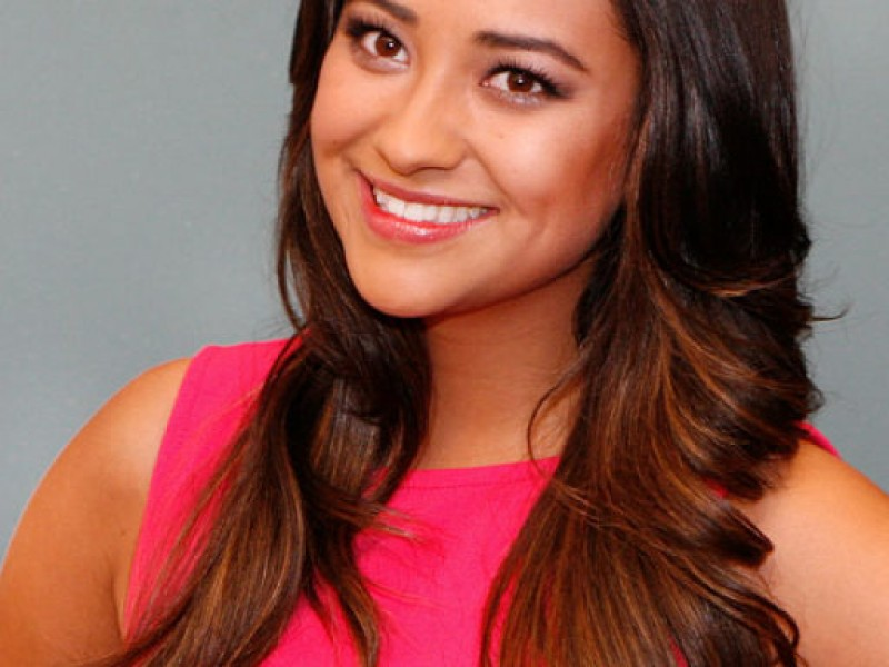Pretty Little Liars Star Shay Mitchell Draws Fans to ...