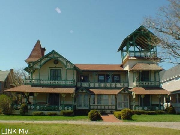 Five gingerbread cottages in oak bluffs martha 39 s for Martha s vineyard gingerbread cottages