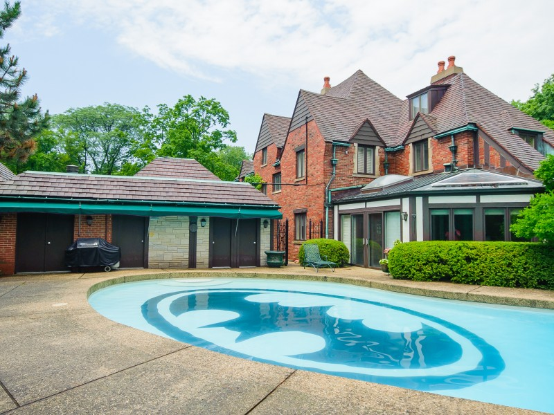 Hinsdale house with batman pool sells for million for Fotos de piscinas campestres