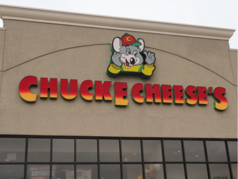 Chuck E Cheese Hours – Additional Details. Chuck E Cheese store hours are generally very consistent, so you can go to most locations during the above operating hours. However, some stores do open an hour earlier on the weekends if they have enough customers.